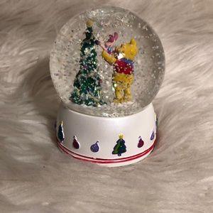 Hallmark Holiday - 2006 WINNIE THE POOH CHRISTMAS SNOW GLOBE